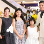 Bình Minh đưa vợ và hai con gái đi xem phim mình đóng